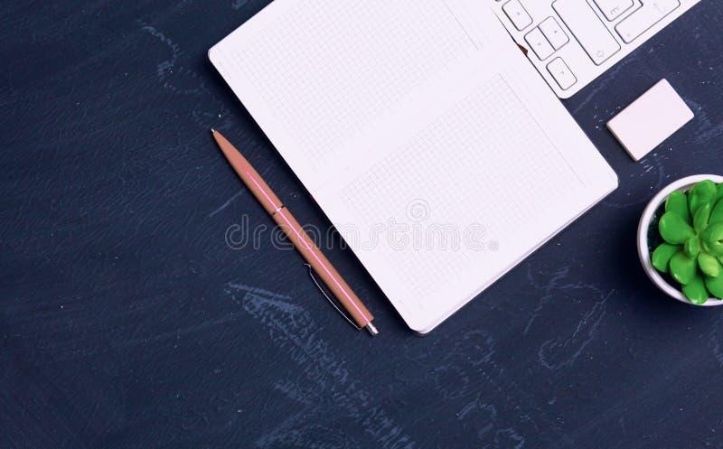 Diário aberto, um computador e um smartphone no desktop no o imagem de stock royalty free