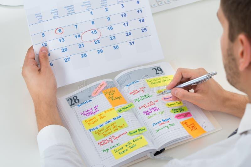 Diário de With Calendar And do homem de negócios imagens de stock