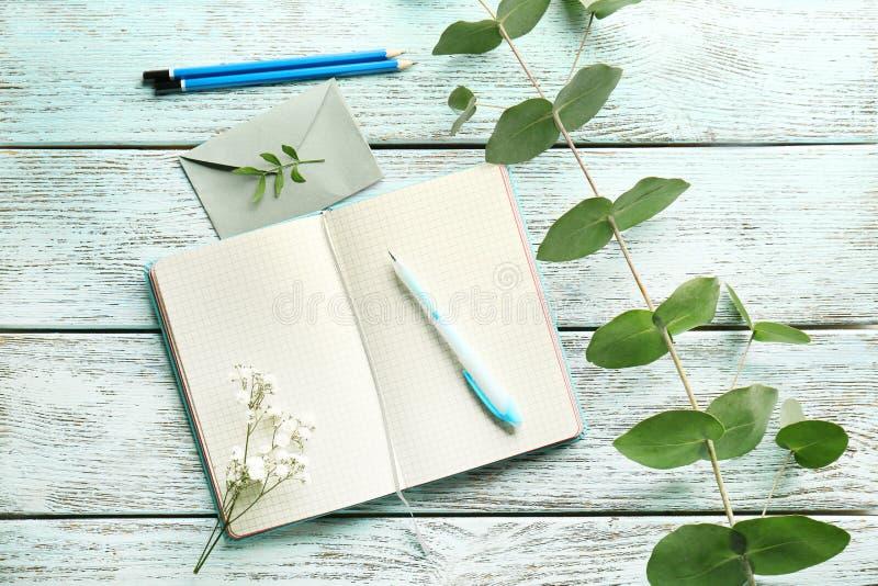 Diário e flores abertos imagem de stock
