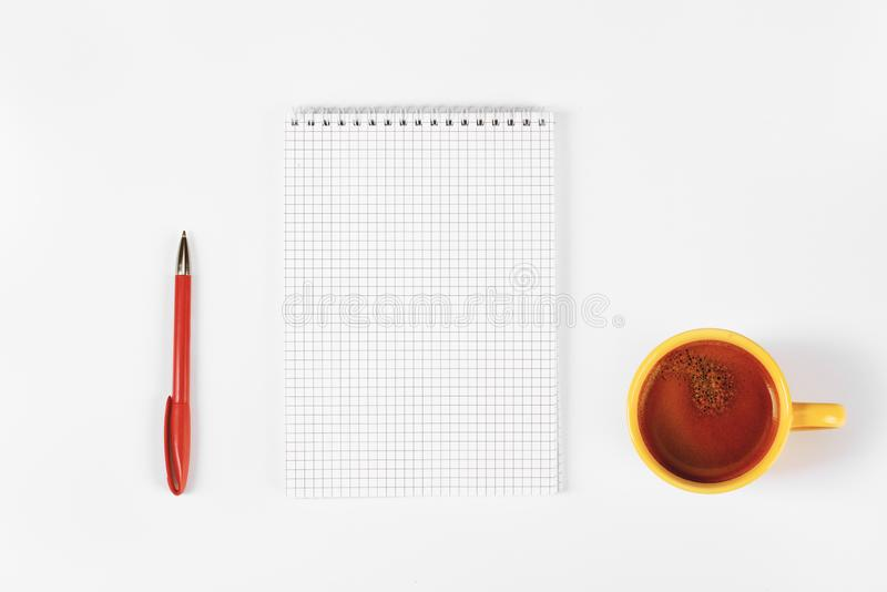 Diário vazio, pena, xícara de café na tabela branca fotografia de stock