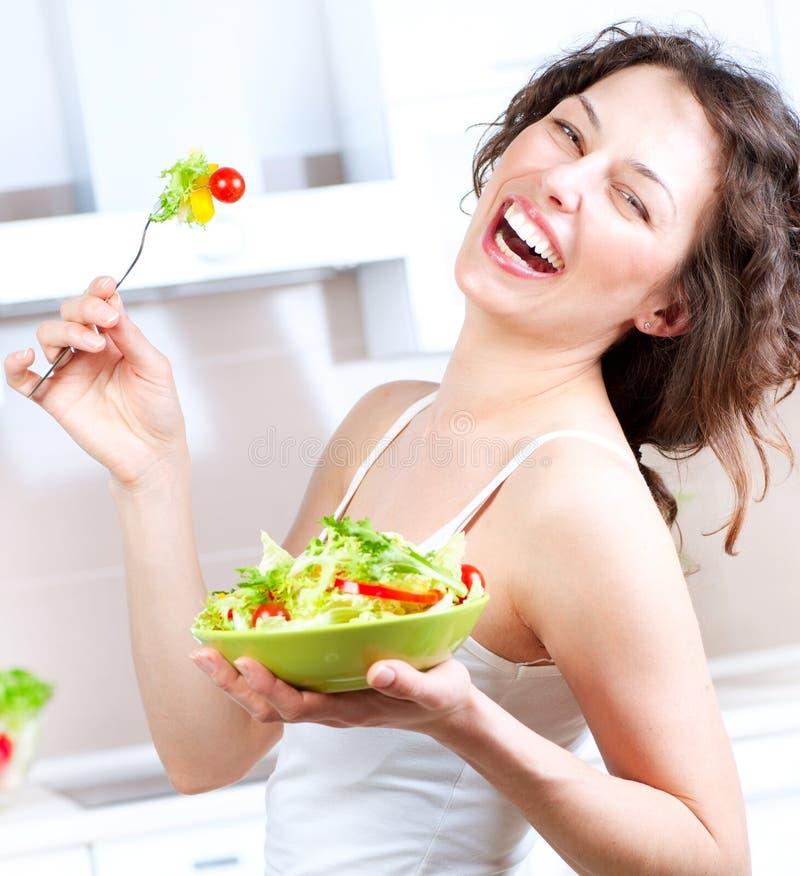 Diät. Frau, die Gemüsesalat isst lizenzfreies stockfoto