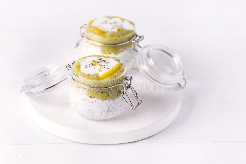 Diät-Lebensmittel-Weiß-Hintergrund strengen Vegetariers Chia Seeds Pudding With Oats MatchaYougurt vegetarischer gesunde stockfoto