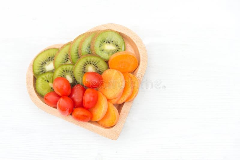 Diät und Gewichtsverlust für gesunde Sorgfalt, Gemüsefrucht und gesundes Lebensmittel mit Teller formen Herz auf dem alten weißen stockfoto