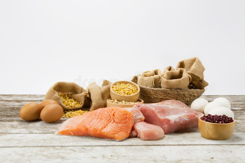Diät- und Nährstoffnahrungsmittel auf Holztisch stockbilder