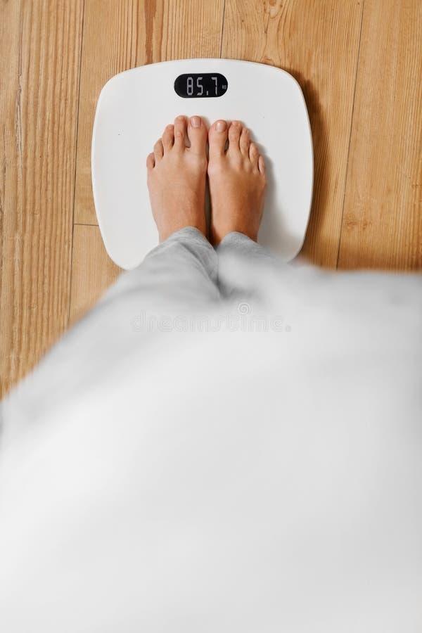 Diät Weibliche Füße auf wiegender Skala Gewichtverlust Frauentorso mit dem Maß, getrennt auf Weiß Gesundes lifest stockbild