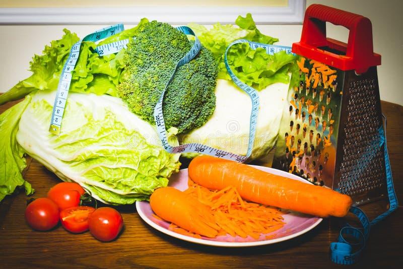 Diätetische Nahrungsmittel und Gemüse auf dem Zentimeter stockfotografie