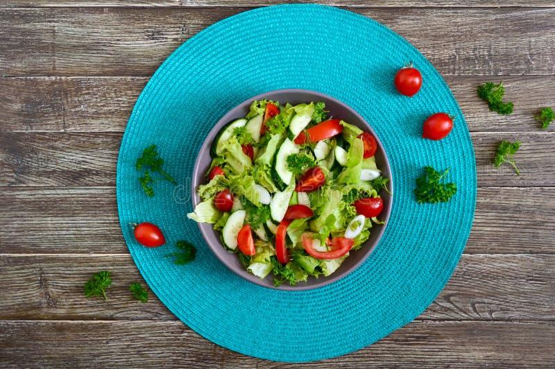 Diätetischer Salat des geschmackvollen Vitamins mit frischen Gurken, Tomaten, Grüns Salat vom organischen Gemüse Draufsicht, flac stockfoto