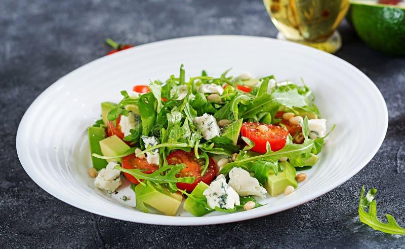 Diätetischer Salat mit Tomaten, Blauschimmelkäse, Avocado, Arugula stockfotos