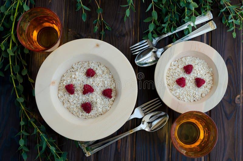 Diätetisches Frühstück des Hafermehls mit Himbeeren stockfotografie