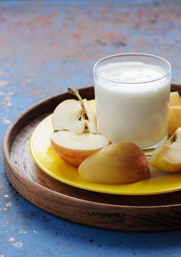 Diätetisches Frühstück mit Molkereigetränk und -apfel lizenzfreie stockfotos