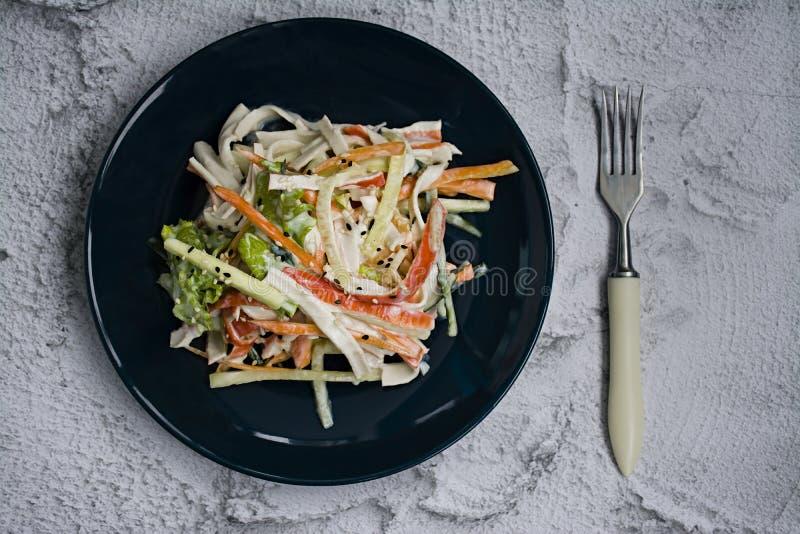 Diätetisches Lebensmittel, Frischgemüsesalat mit Nachahmung des Krabbenstockes, würzte mit Sojasoße und japanischem indischem Ses lizenzfreie stockbilder