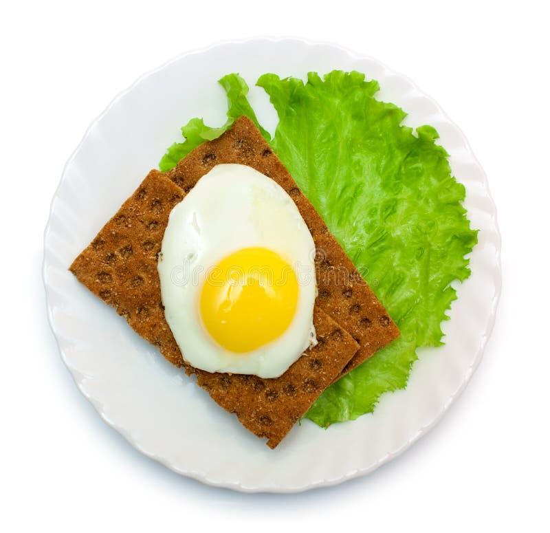 Diätetisches Mittagessen: Spiegelei, Kopfsalat, klares Brot auf Platte lizenzfreies stockbild
