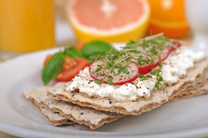 Diätfrühstück mit Knäckebrot lizenzfreie stockbilder
