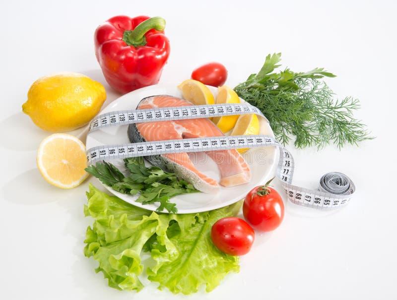 Diätgewichtsverlustkonzept. Frisches Lachssteak für das Mittagessen lizenzfreie stockfotografie