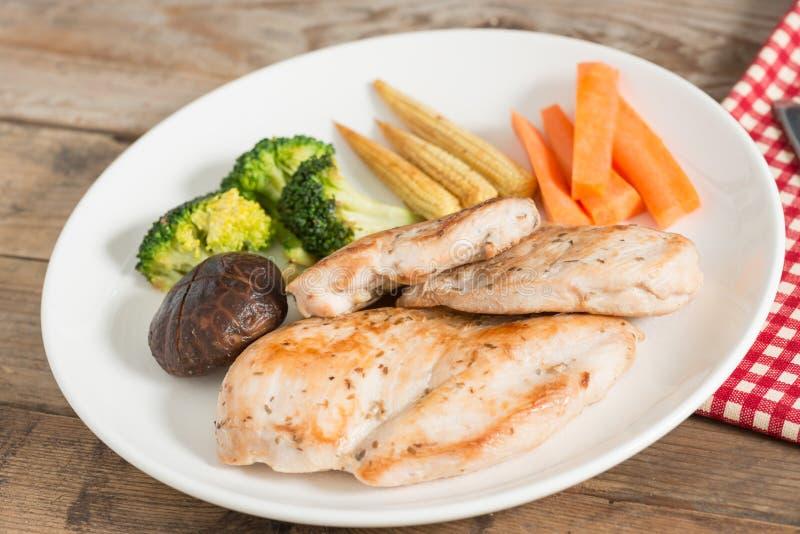 Diätlebensmittel, gegrilltes Huhn und Gemüse lizenzfreie stockfotos