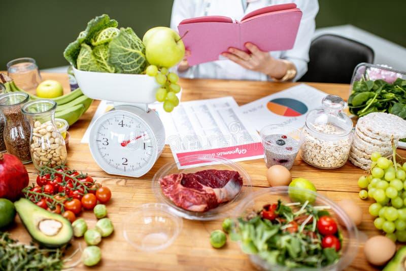Diététicien avec la nourriture saine dans le bureau photo stock