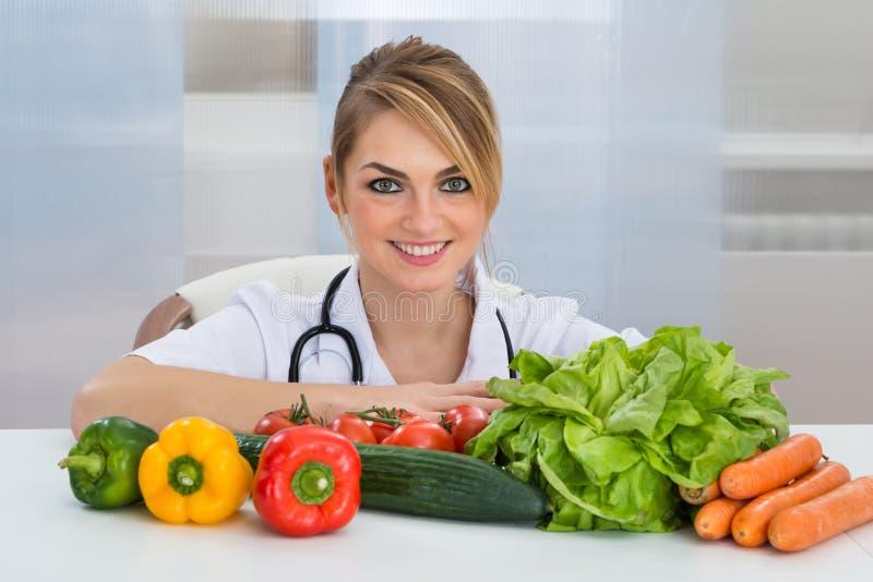 Diététicien féminin avec des légumes images stock