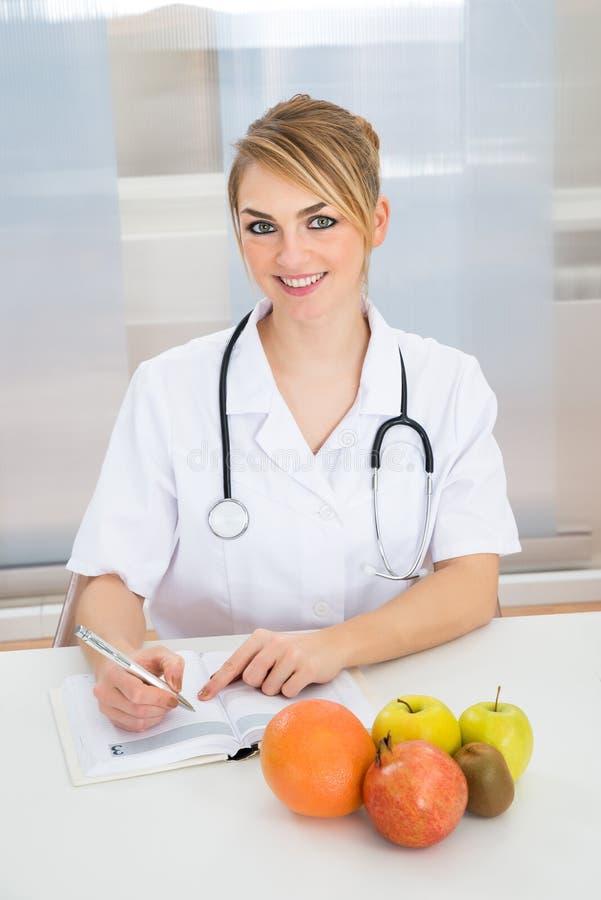 Diététicien féminin dans la clinique images stock