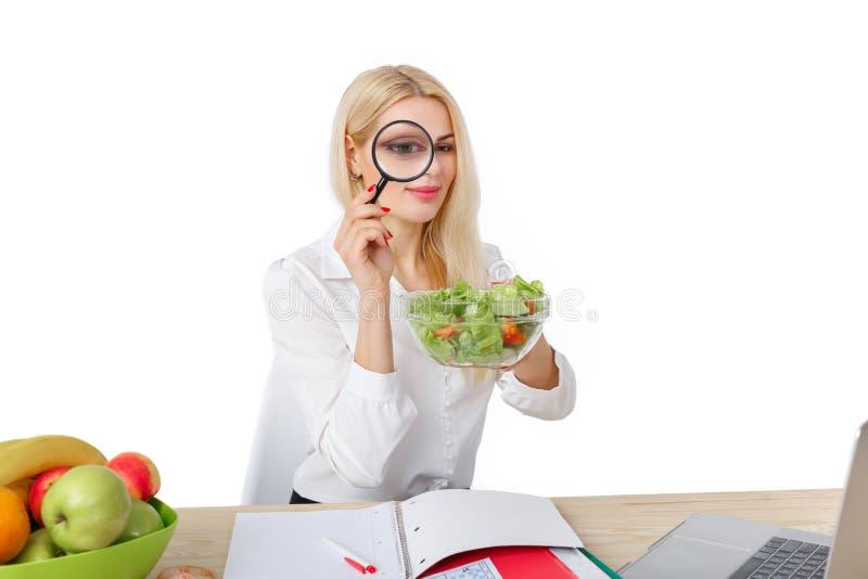 Diététicien faisant un régime des fruits et légumes photographie stock libre de droits