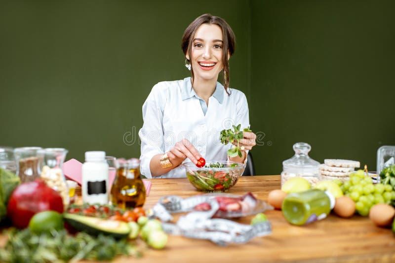 Diététicien mélangeant une salade photo libre de droits