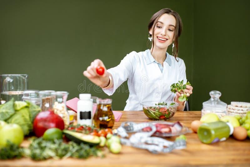 Diététicien mélangeant une salade photographie stock libre de droits