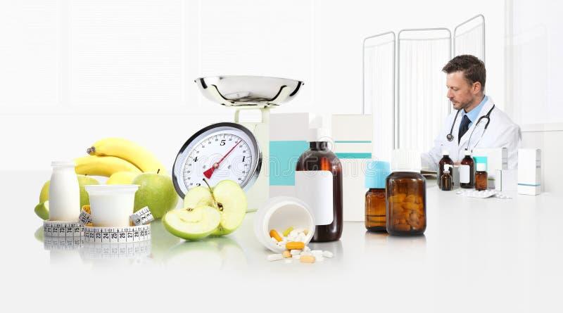 Diëtistenvoedingsdeskundige de arts schrijft voorschriftzitting op het bureaukantoor met voor appel, yoghurt, medische drugs, ban stock foto