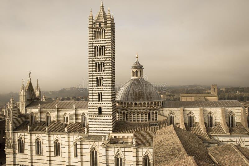 Di Σιένα Duomo και πύργος κουδουνιών Άποψη από το facciatone Τοσκάνη Ιταλία Παλαιά πολική επίδραση στοκ φωτογραφία με δικαίωμα ελεύθερης χρήσης