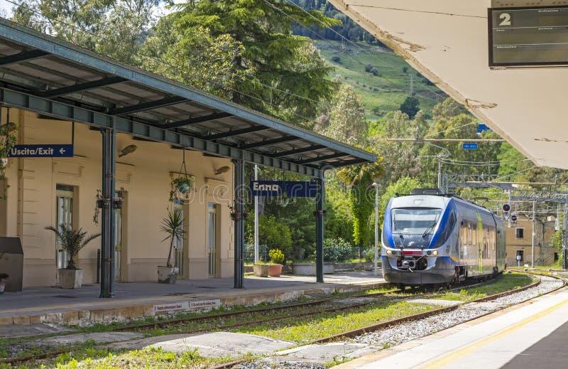 Di Энна Stazione железнодорожного вокзала Энны, Сицилия, Италия стоковые изображения rf