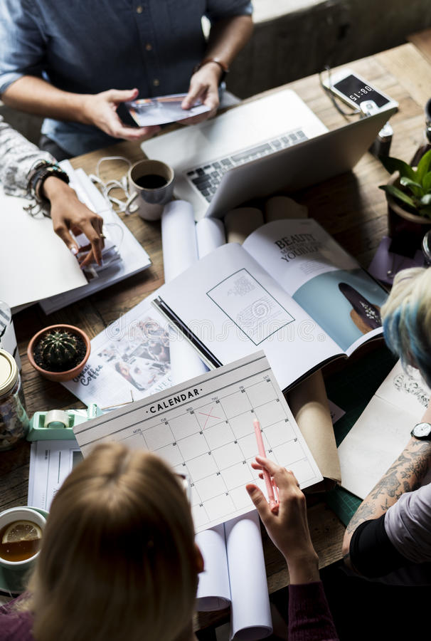 Di affari dei colleghi ufficio di lavoro di lavoro di squadra insieme fotografia stock