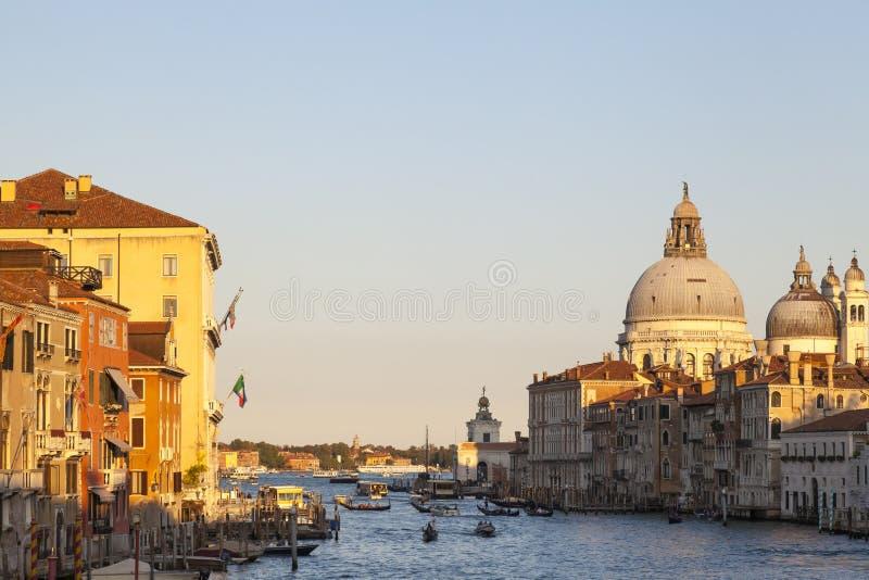 Di arancio variopinti Santa Maria della Salute e Grand Canal, Venezia, Italia della basilica di tramonto fotografie stock libere da diritti