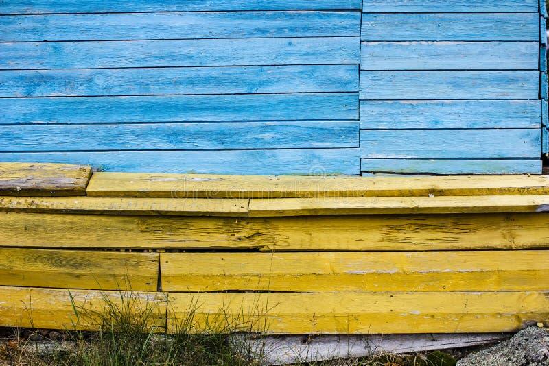 di bordi blu e gialli colorati Multi come la bandiera dell'Ucraina compongono la parete di vecchia casa immagini stock