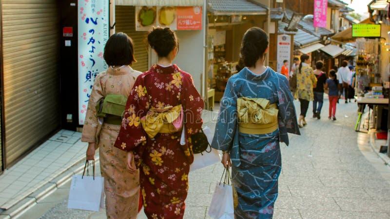 di camminata rivestita di kimono a Kyoto fotografia stock