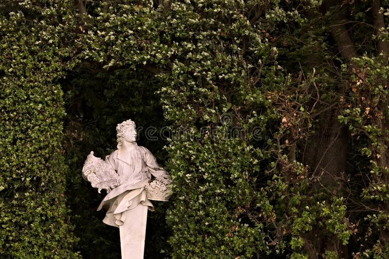 Di Caserta de Reggia, It?lia 10/27/2018 Estátua no mármore branco colocado no parque do palácio fotografia de stock