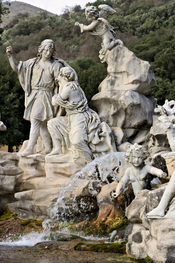 Di Caserta de Reggia, It?lia 10/27/2018 Fonte com esculturas no m?rmore branco fotografia de stock