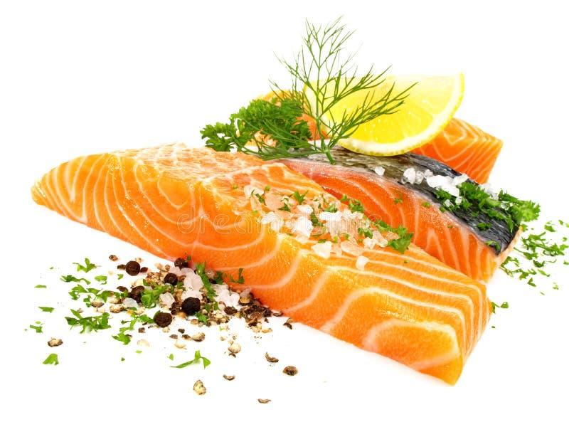 Di color salmone - filetto di pesce con sale, pepe e le erbe immagine stock libera da diritti