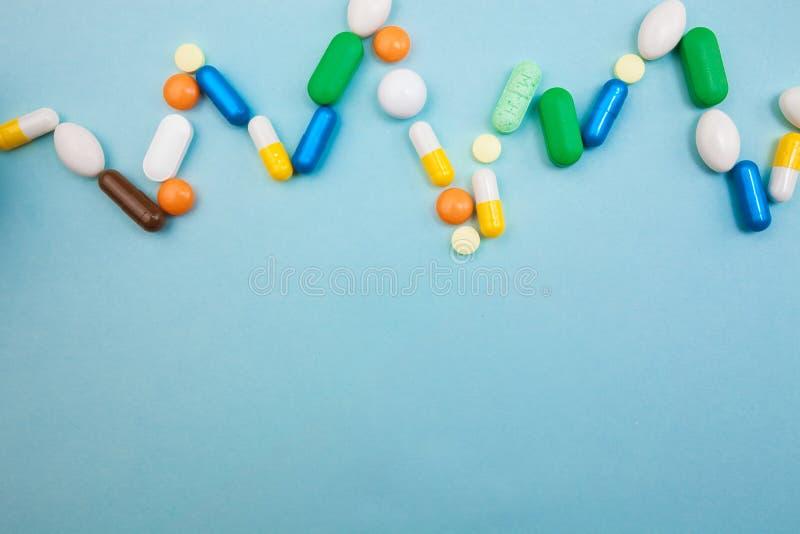 di compresse e di capsule colorate Multi in bottiglia bianca di battito cardiaco di pulsazione per le compresse, pillole farmaceu fotografia stock