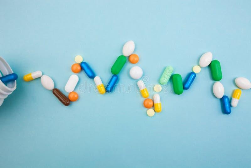 di compresse e di capsule colorate Multi in bottiglia bianca di battito cardiaco di pulsazione per le compresse, pillole farmaceu fotografie stock libere da diritti