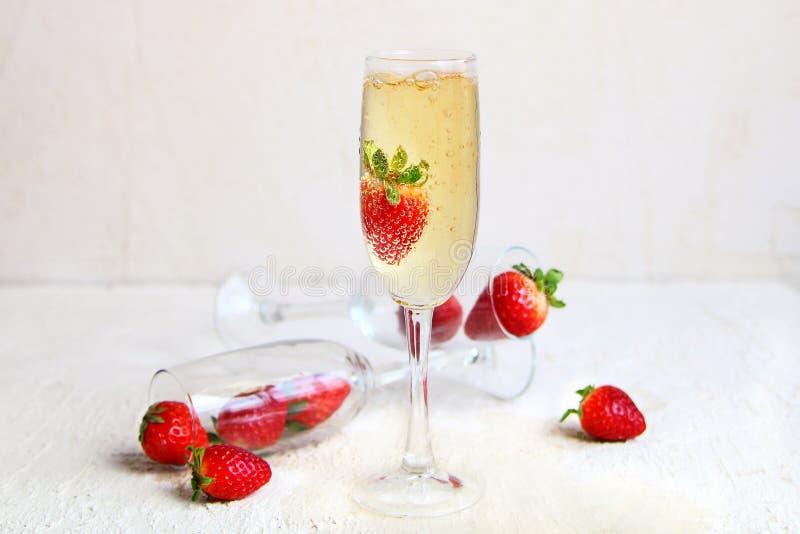 Di cristallo di champagne con le fragole fresche fotografie stock