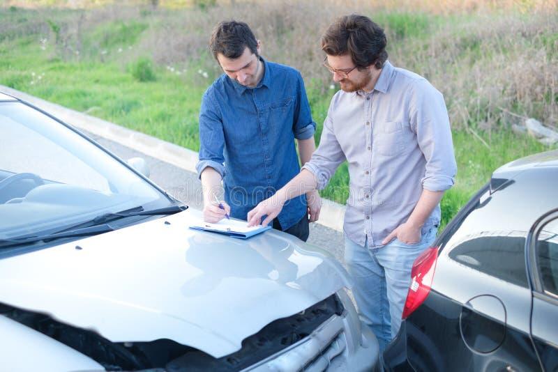 Di due uomini trovando un accordo amichevole dopo l'incidente stradale immagini stock