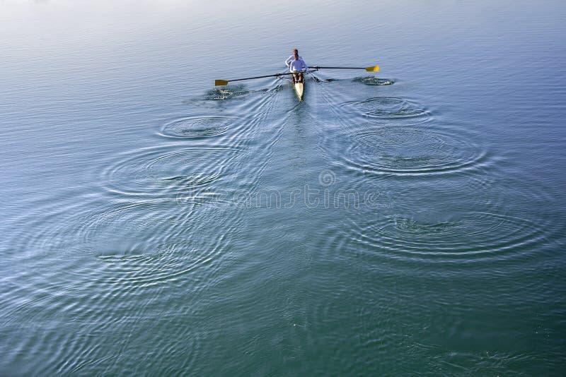Di due uomini in una barca immagini stock libere da diritti