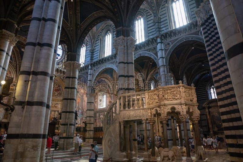 Панорамный вид интерьера собора Сиены (di Сиена Duomo) стоковые фото