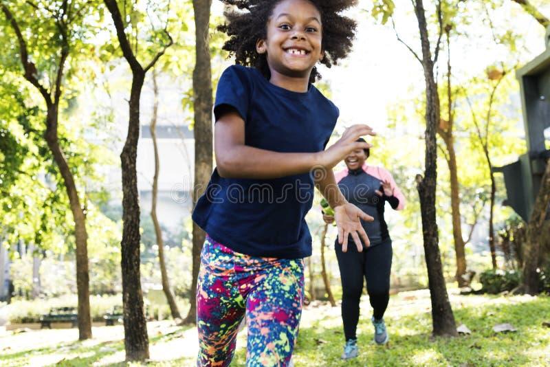 Di esercizio di attività della famiglia concetto sano di vitalità all'aperto immagine stock libera da diritti