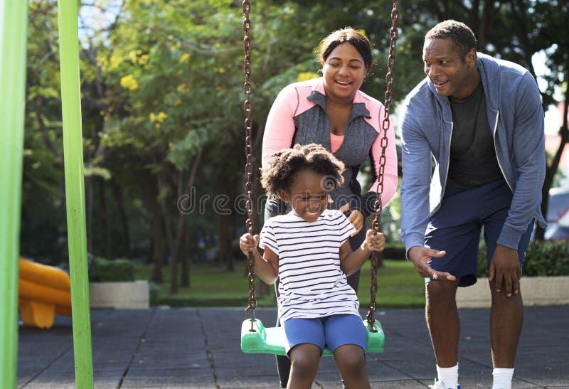 Di esercizio di attività della famiglia vitalità all'aperto sana immagine stock