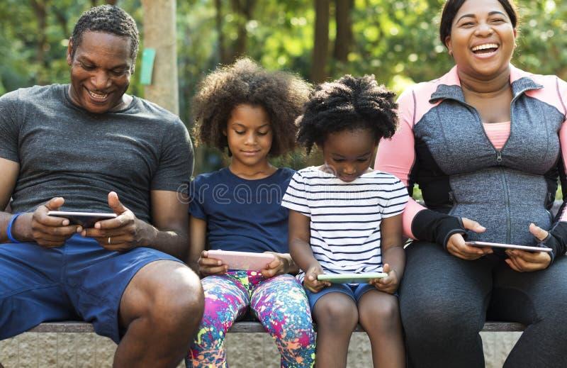 Di esercizio di attività della famiglia vitalità all'aperto sana immagini stock