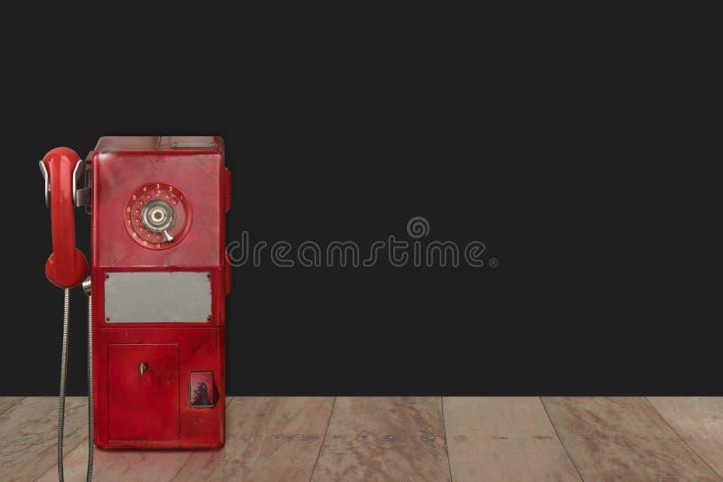 Di för främre sikt klippte den offentliga telefonen för röd tappning på träsvart b fotografering för bildbyråer