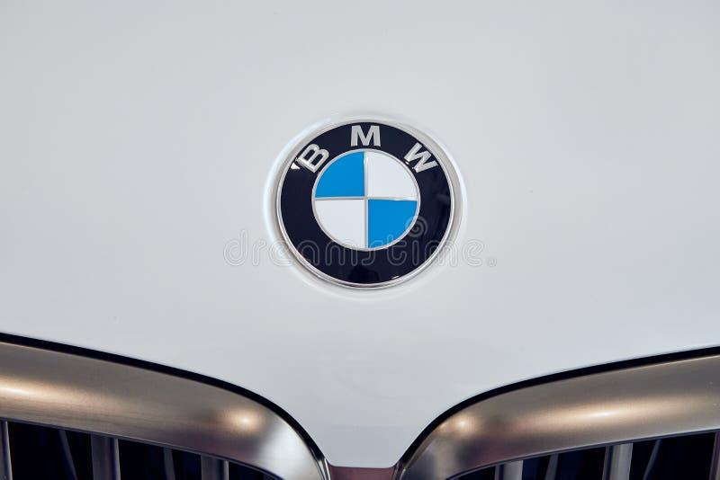 08 di Fabruary, 2018 - Vinnitsa, Ucraina Nuova presentazione dell'automobile di BMW X5 in sala d'esposizione - primo piano uffici fotografia stock libera da diritti