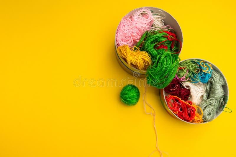 di fili colorati Multi per il cucito e ricamo su fondo giallo fotografia stock libera da diritti