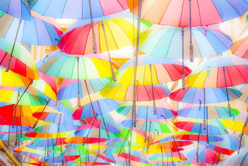 di fondo colorato Multi degli ombrelli Ombrelli variopinti che galleggiano sopra la via Decorazione della via immagini stock libere da diritti