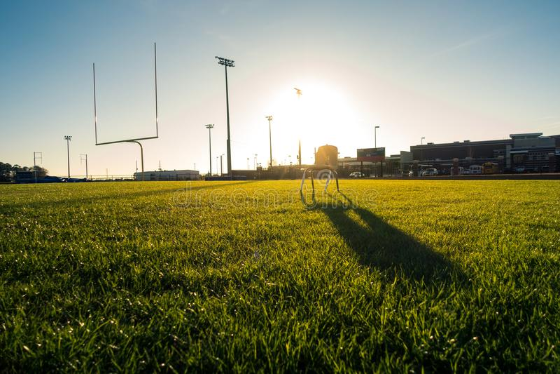 Di football americano del campo erba verde Beautifu dei pali all'aperto fotografia stock