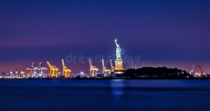 Di fronte al New Jersey ed alla statua della libertà immagine stock